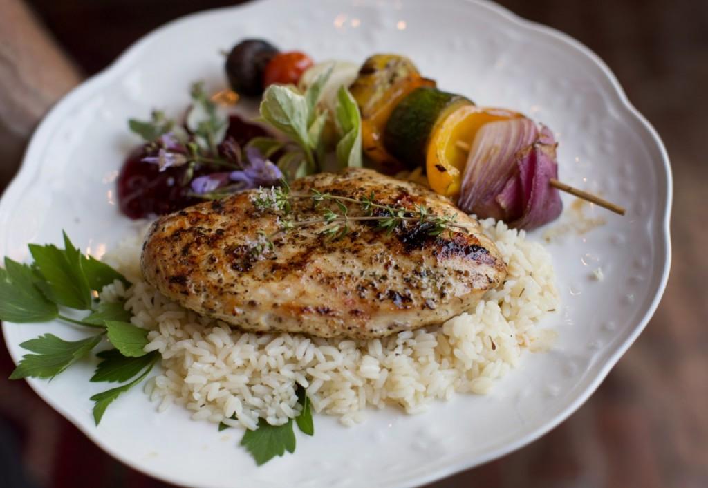 Pollo Jerk con arroz y verduras