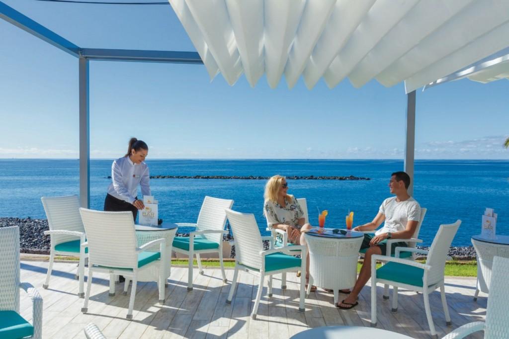 Terraza con bar Riu Arecas