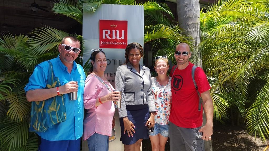 La pareja y unos invitados con personal de RIU