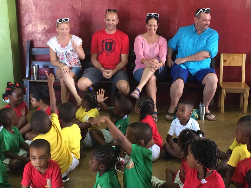 Mick, Linsey y algunos invitados con los niños
