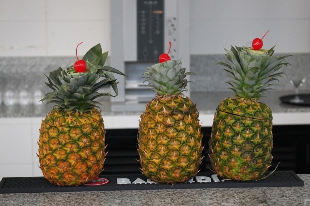 Cócteles servidos en frutas