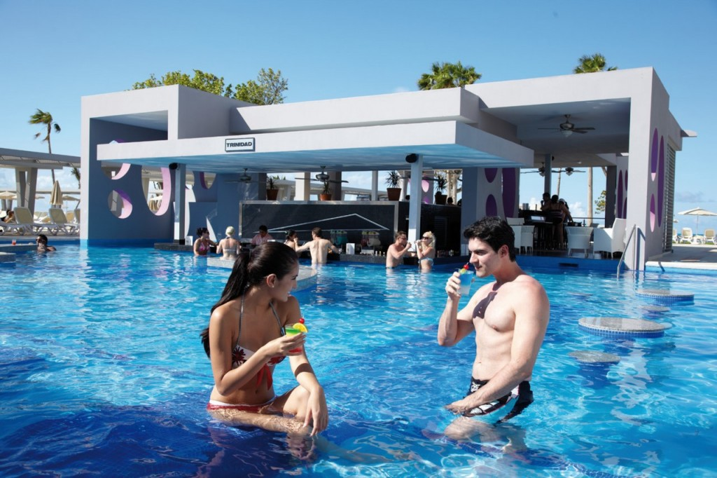 Piscina con bar acuático