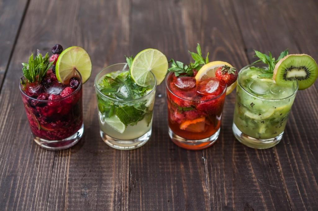 Cócteles hechos con frutas y ron