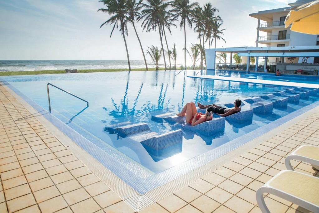 Desde nuestra piscina tendrás unas vistas al mar estupendas