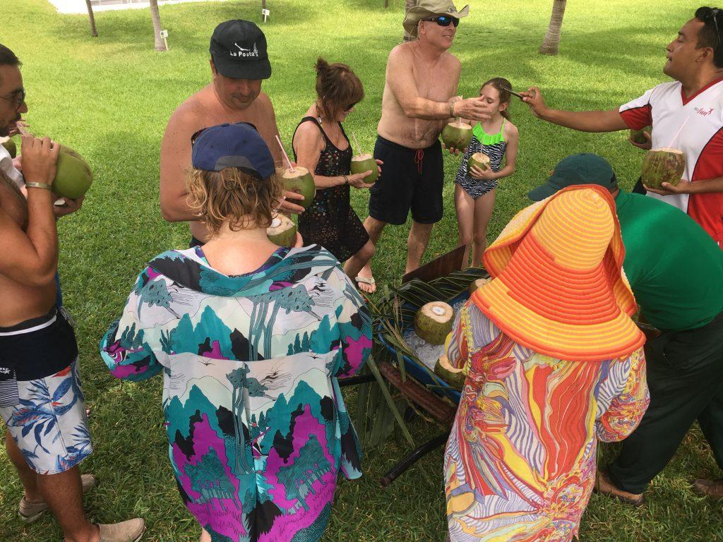 Huespedes disfrutando del coco fresco