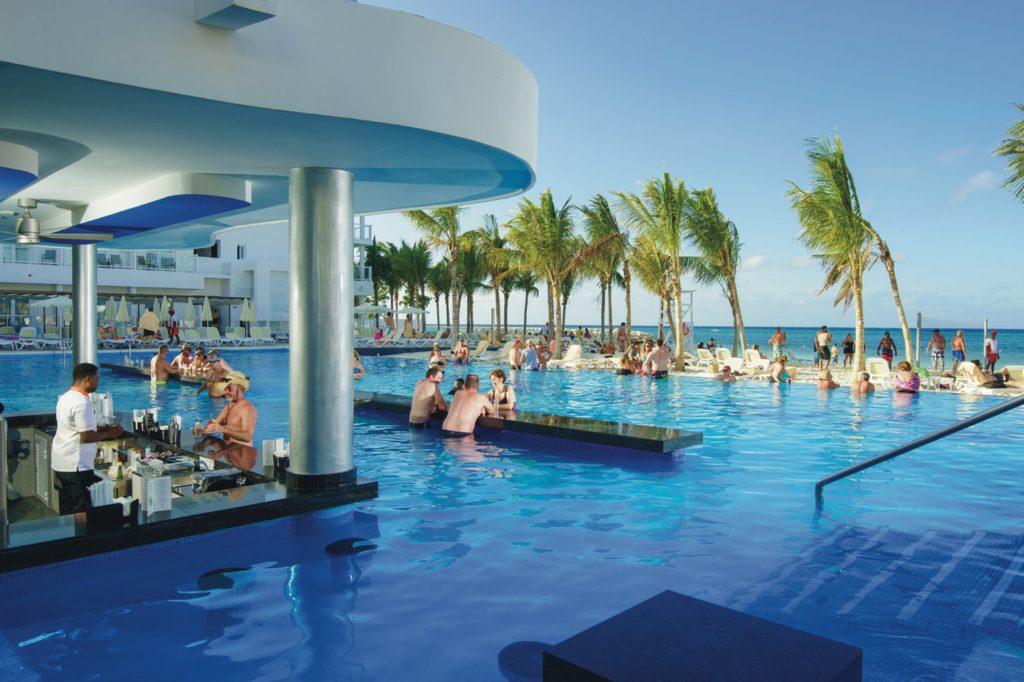 El bar piscina en Riu Reggae