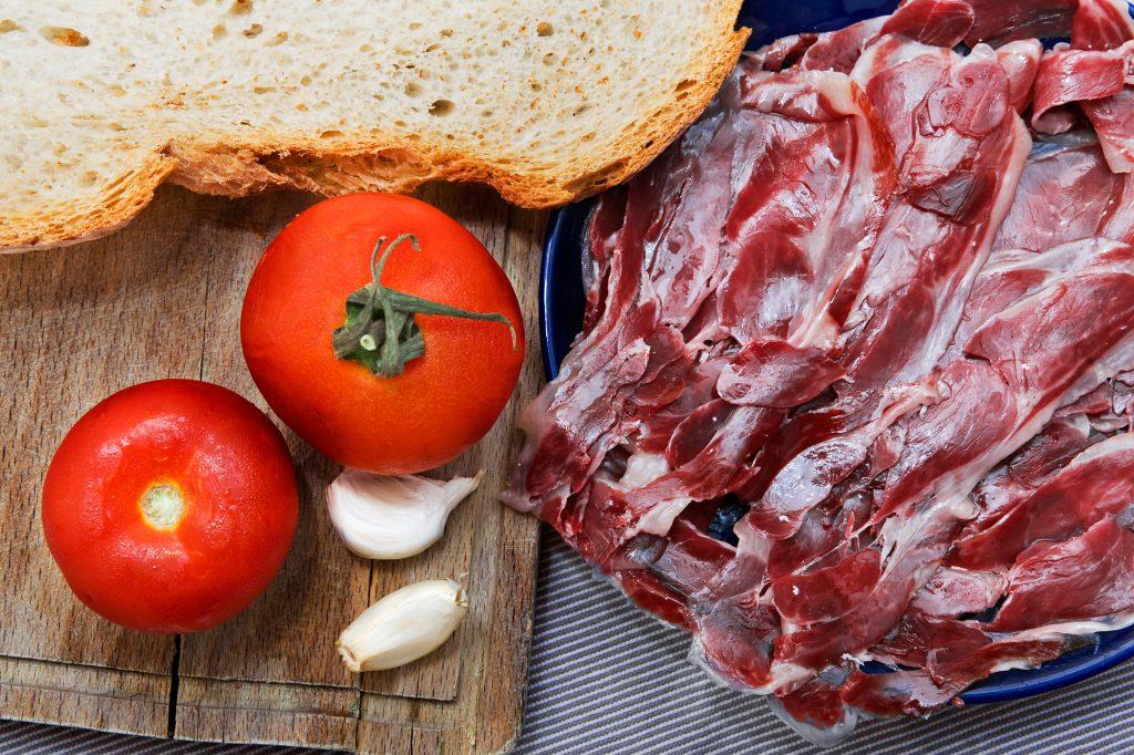 Jamon serrano con pan y tomate