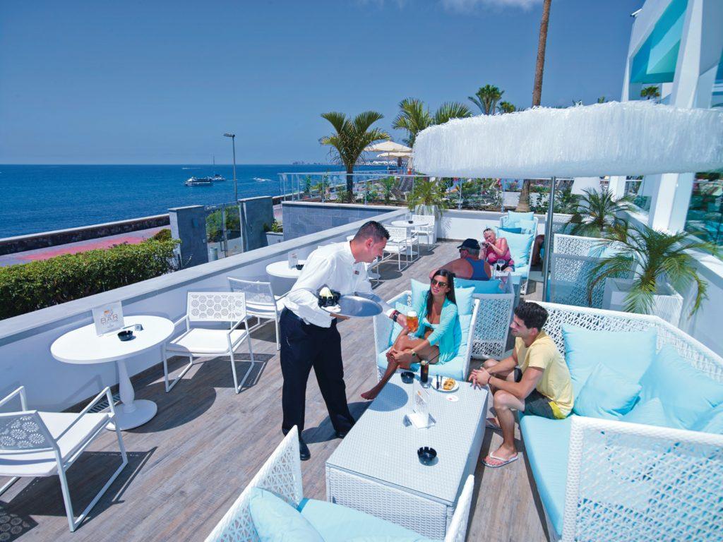 Servicio en la terraza del hotel Riu Palace Meloneras