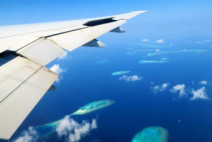 Desde el avión podrás apreciar las preciosas Islas Maldivas