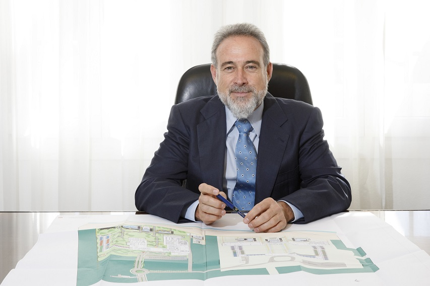 Luis Riu, Vorstandsvorsitzender von Riu Hotels überprüft die Renovierungspläne eines Hotels der Gruppe