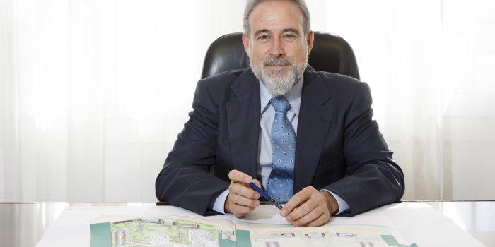 Luis Riu, CEO de Riu Hotels, examina los planos de reforma de uno de los hoteles del grupo