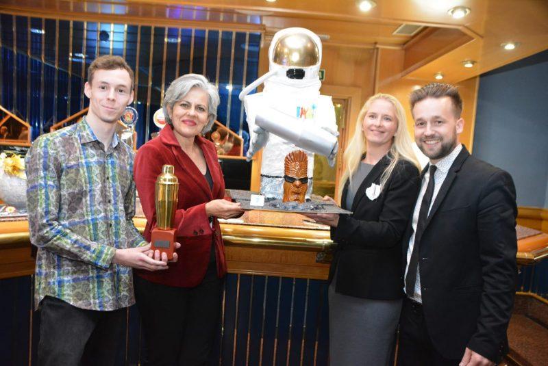 El ganador del concurso junto a la directora del hotel, la Secretaria de la Asociación y Jefa de Sector de Bares