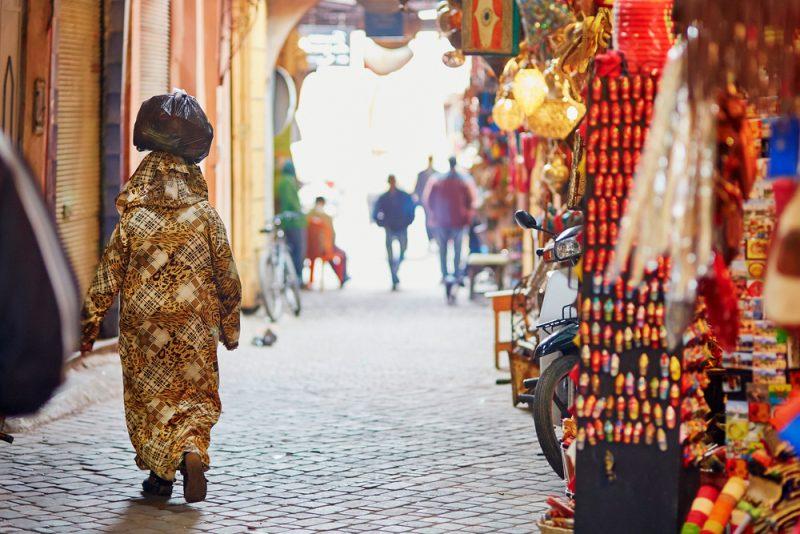 Die Lichter der Basargassen voller Stände mit traditionellen Produkten