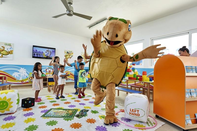 Die jüngsten Familienmitglieder singen und tanzen zusammen mit Calú, während sie gleichzeitig lernen