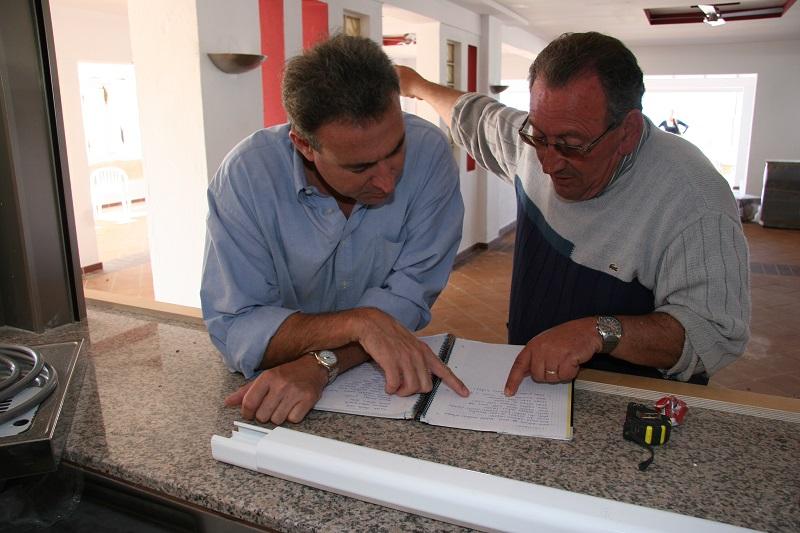 Luis Riu y Ramón Arroyo revisan la planificación del trabajo en el hotel Riu La Mola, en Formentera, en el año 2010