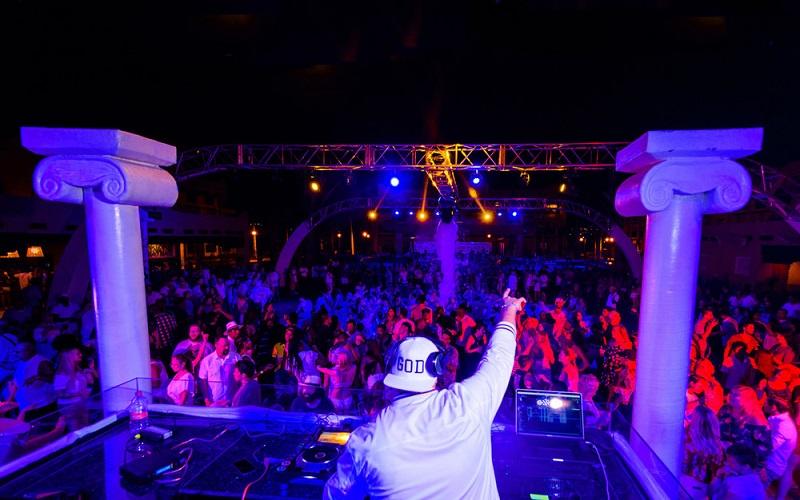 Die White Party, eine der Varianten der Riu Pool Party, die in den Riu Hotels gefeiert werden