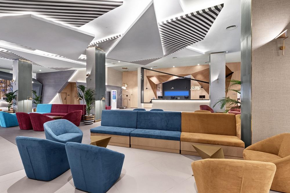 Die neue Lobby wirkt durch die hellen Farben sehr geräumig