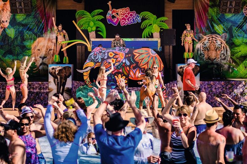 Die Riu Pool Party ist inspiriert von Luis Rius großer Leidenschaft für Musik und DJ Aktivitäten in seiner Freizeit