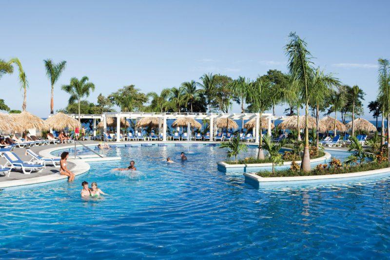 Esta es una de las tres piscinas del hotel Riu Guanacaste
