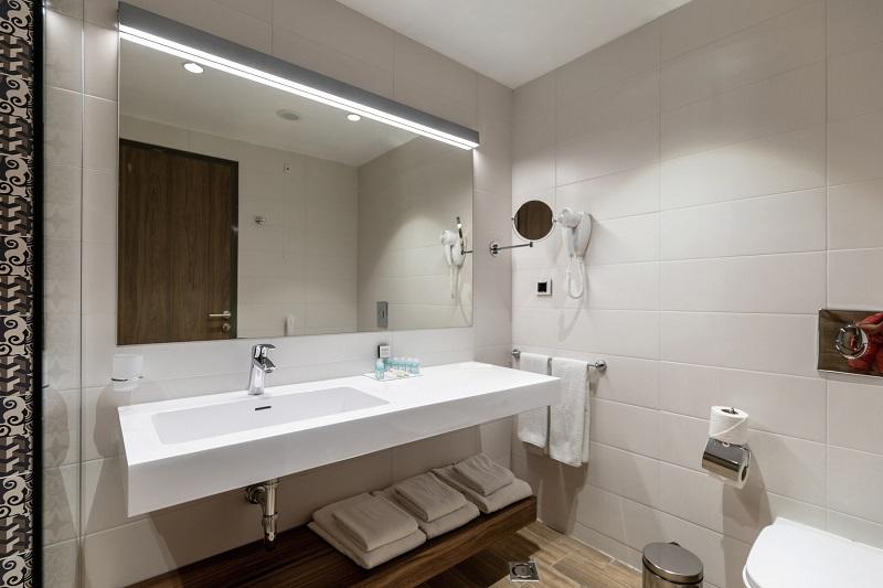 Die Bäder sind mit großen und bequemen Walk-in-Duschen ausgestattet