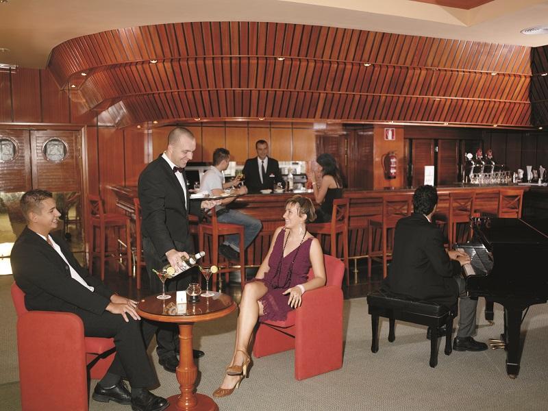 Música en directo y clientes del bar del hotel Riu Palmeras, abierto en los años 80 por Luis Riu