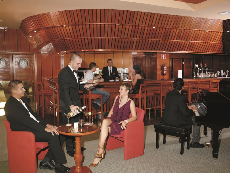 Live music and guests at the bar of the hotel Riu Palmeras, opened in the 1980s by Luis Riu