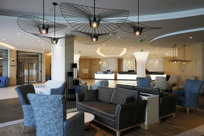 Das neue Hotel Riu Astoria empfängt seine Gäste mit einer modernen Lobby