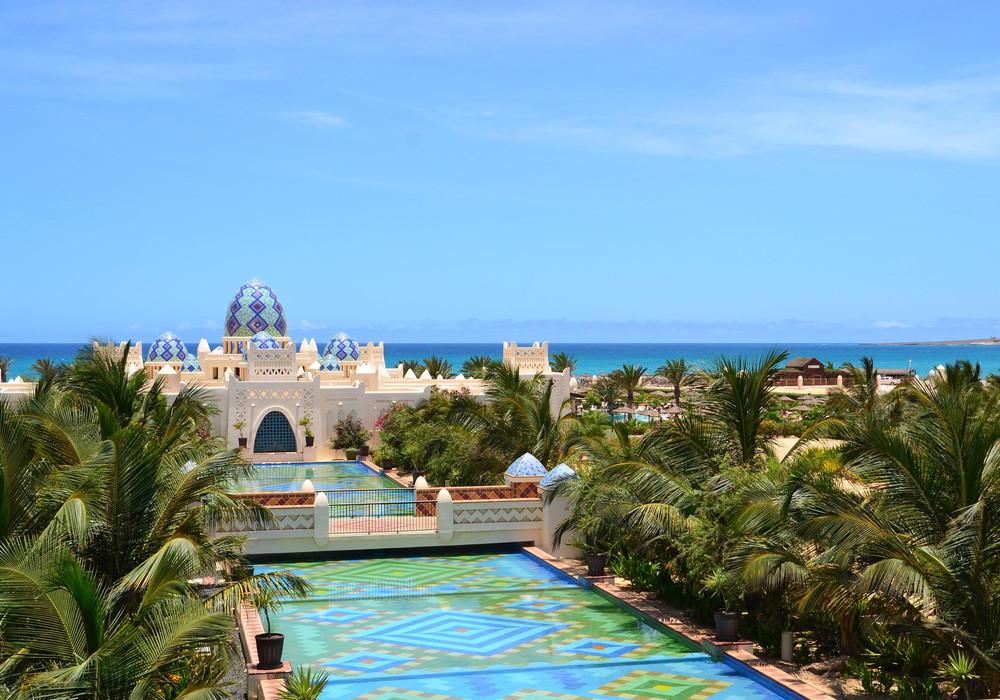 Das Hotel Riu Karamboa befindet sich direkt am Strand
