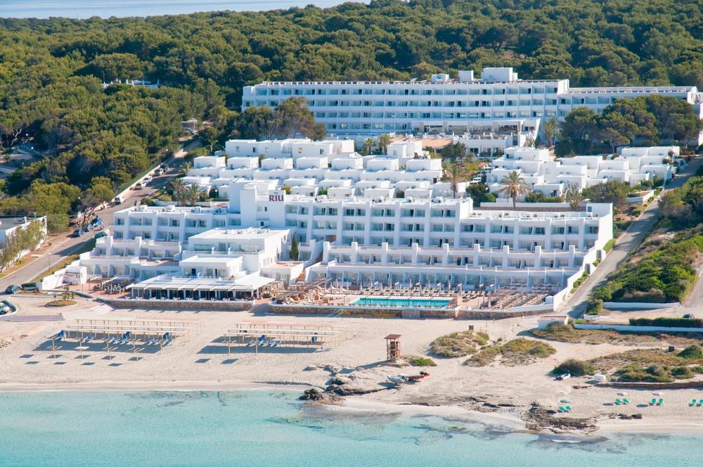 The hotel Riu La Mola has a privileged beachfront location