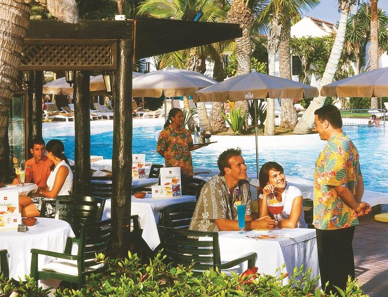 La cafetería de la piscina del Riu Palmeras en sus primeros años, tras la apertura liderada por Luis Riu