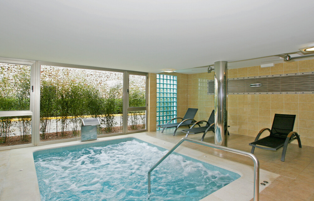 The guests can enjoy the jacuzzi and steam baths