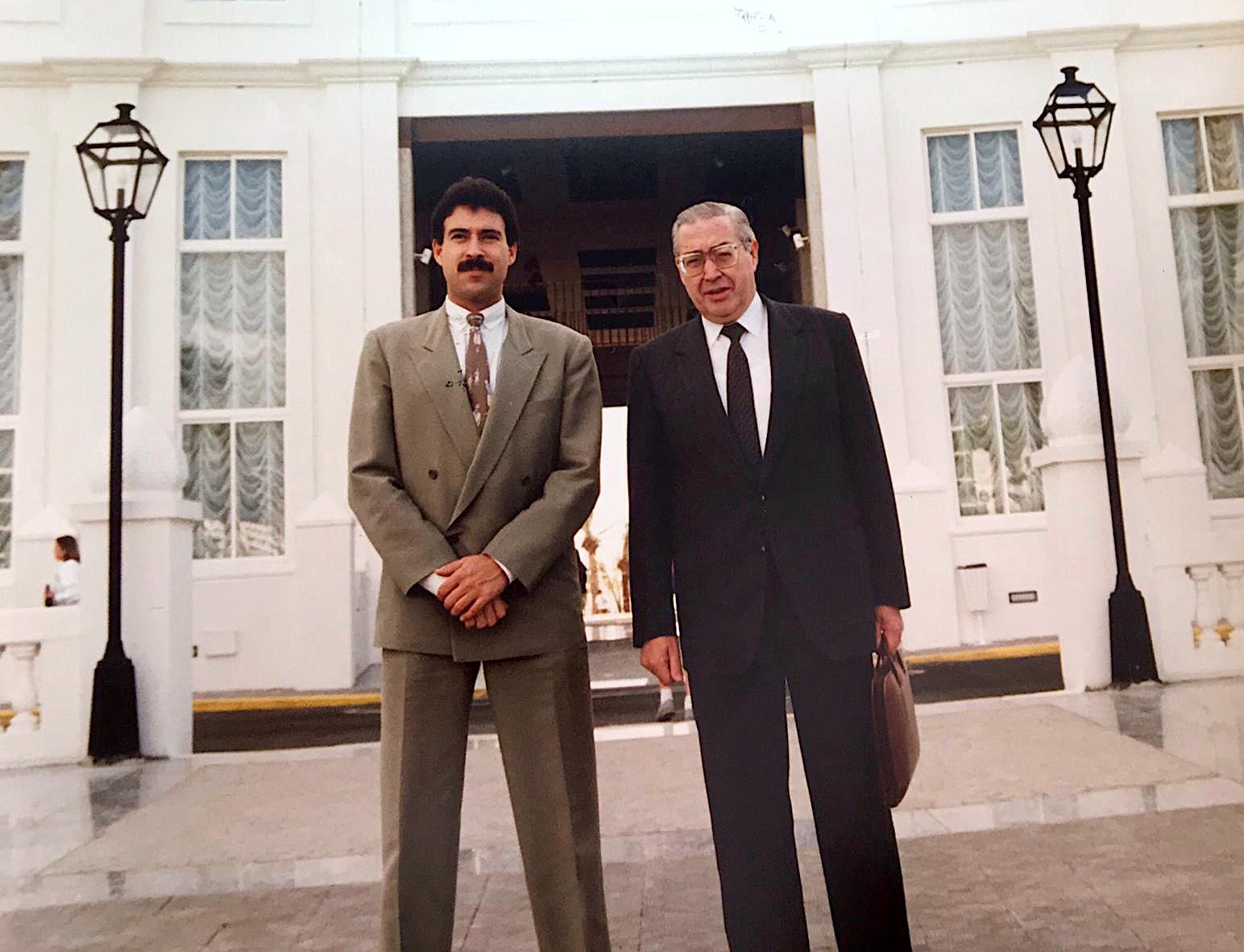 Luis Riu Güell con su padre, Luis Riu Bertrán, delante del Riu Palace Maspalomas