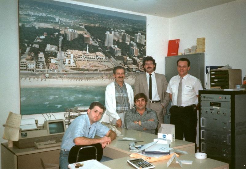 Luis Riu y su equipo en las primeras oficinas del Grupo RIU en Canarias