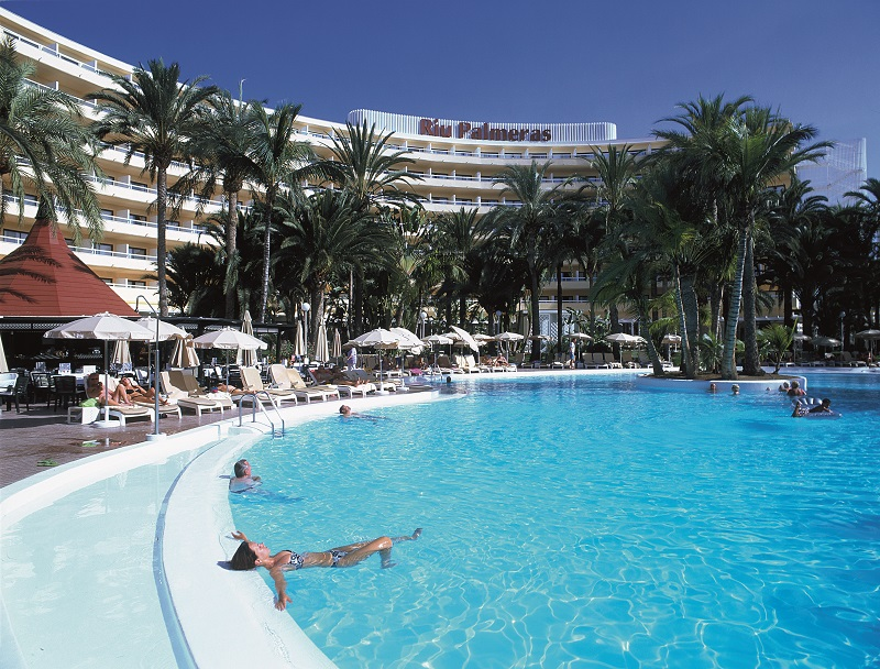Swimming pool of the hotel Riu Palmeras, in Gran Canaria, currently under renovation