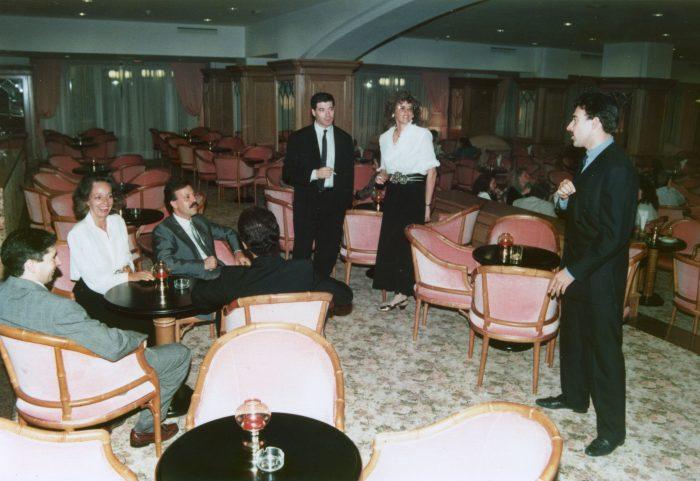 Luis Riu, en una reunión con su equipo en el bar del Riu Palmeras