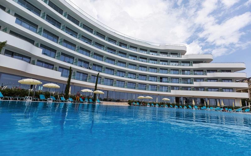 Zur Ausstattung gehören zwei Swimmingpools: ein Innen- und ein Außenpool
