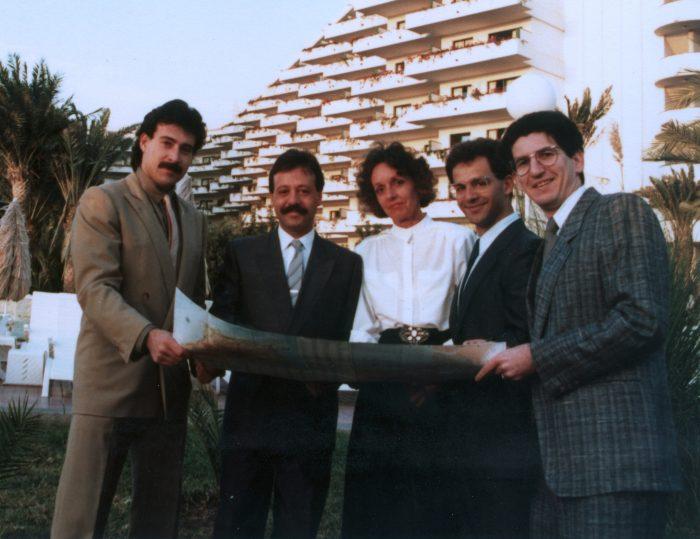 Luis Riu mit dem Team, das die Eröffnung des Riu Palmeras, des ersten Riu Hotels auf den Kanarischen Inseln, leitete
