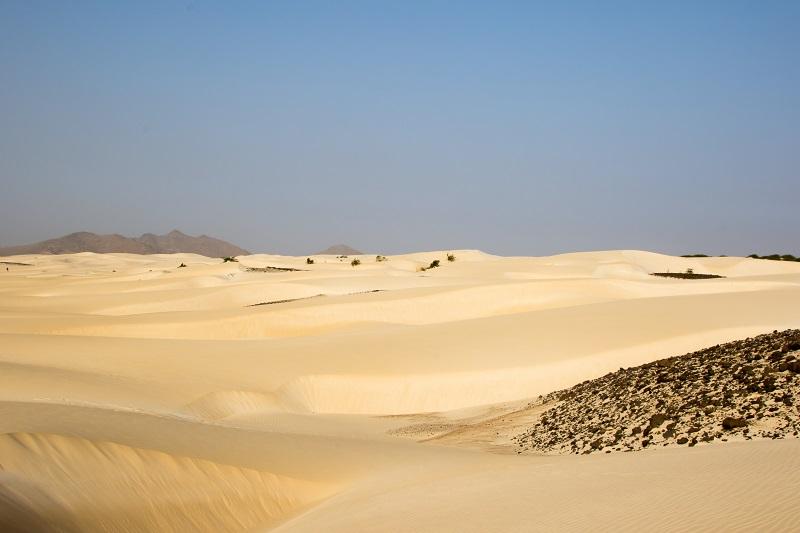 Der Leuchtturm 'Farol de Morro Negro', eine Wüste, die man mit einem Quad besichtigen kann