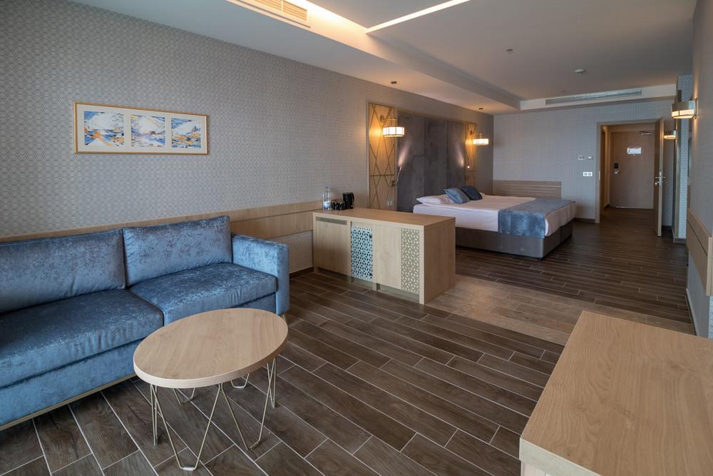 Einige Zimmer haben einen integrierten Wohnbereich