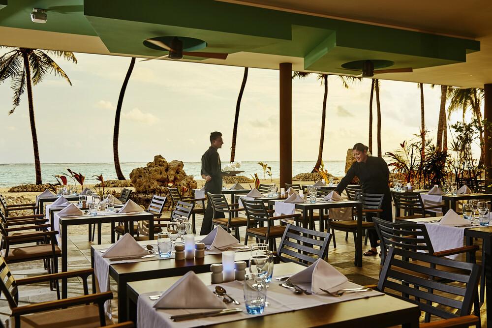 Das Hauptrestaurant des Riu Palace Maldivas ist mit einer wunderschönen offenen Terrasse ausgestattet