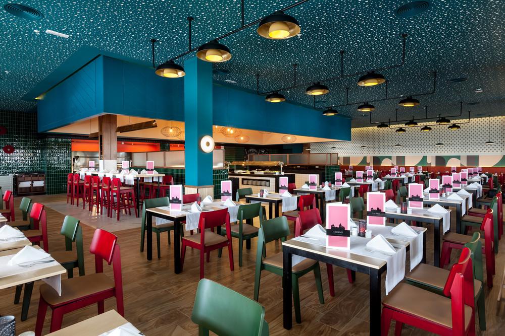So sieht es im farbenfrohen italienischen Restaurant des Hotels Riu Chiclana aus