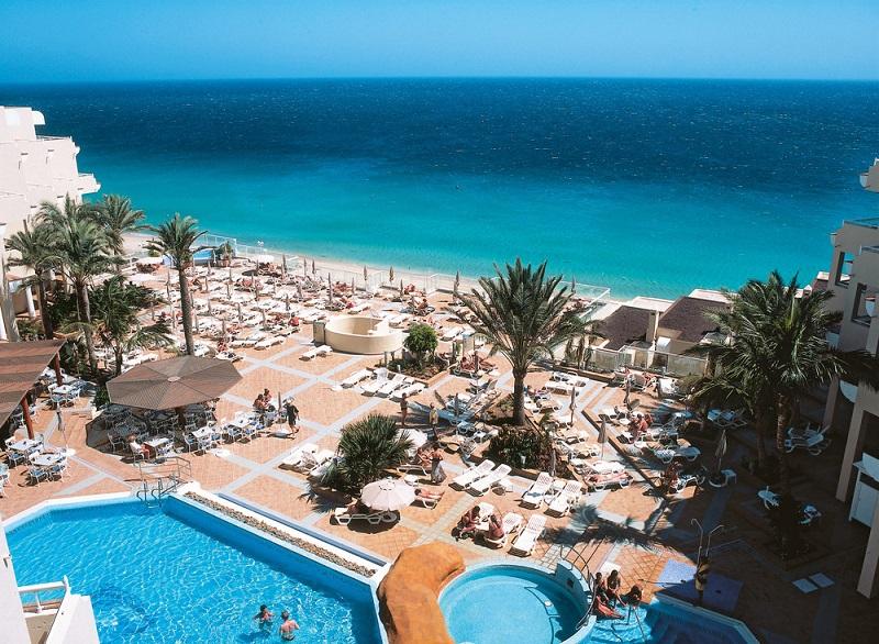 Die Gäste des Hotels Riu Palace Jandia erfreuen sich an einem riesigen Pool mit einem Bereich für Kinder