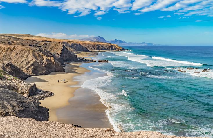Fuerteventura zeichnet sich durch ihr türkisblaues Wasser und ihre Vulkanlandschaft aus