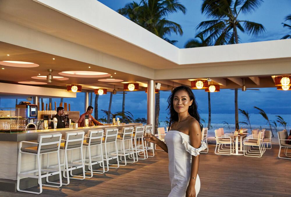 The open plan Riu Palace Maldivas pool bar
