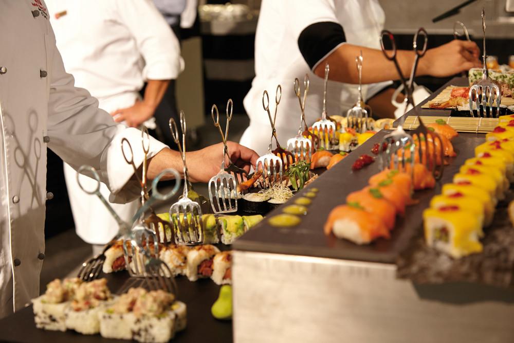 Bei vielen japanischen Restaurants gibt es Sushi-Frontcooking