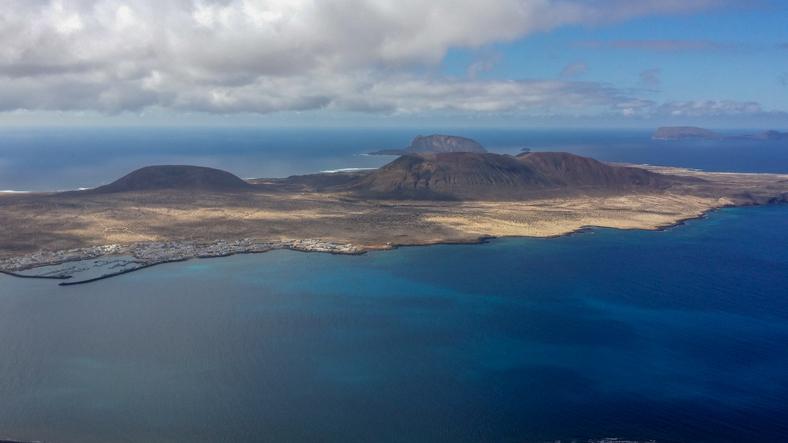 Vom Aussichtspunkt Mirador del Río kann man die Insel Isla Graciosa sehen