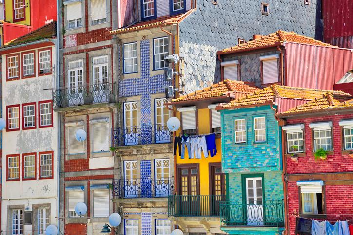 Muchas casas de Portugal están cubiertas de baldosas artesanales