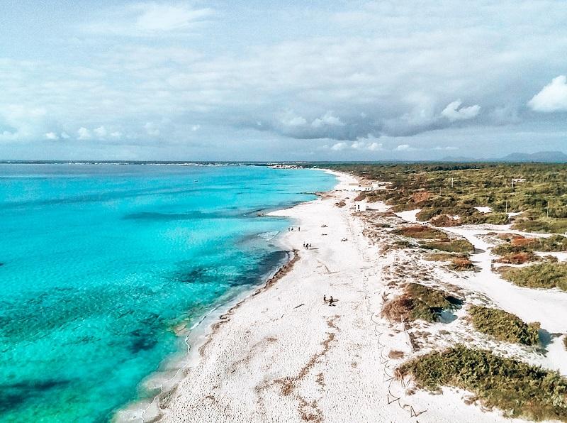 Es Trenc zeichnet sich durch weißen Sand und türkisblaues Wasser aus