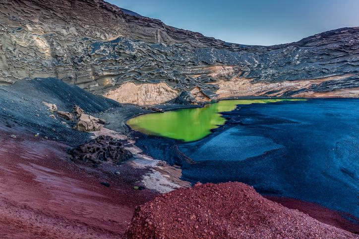 El Golfo auf Lanzarote ist ein wunderschönes Felsamphitheater, in dem eine grüne Lagune entstanden ist