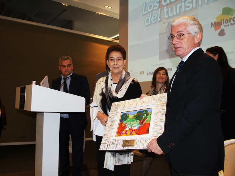 Pilar Güell, Carmen and Luis Riu Güell's mother, collects the 2018 Award for Excellence in Tourism